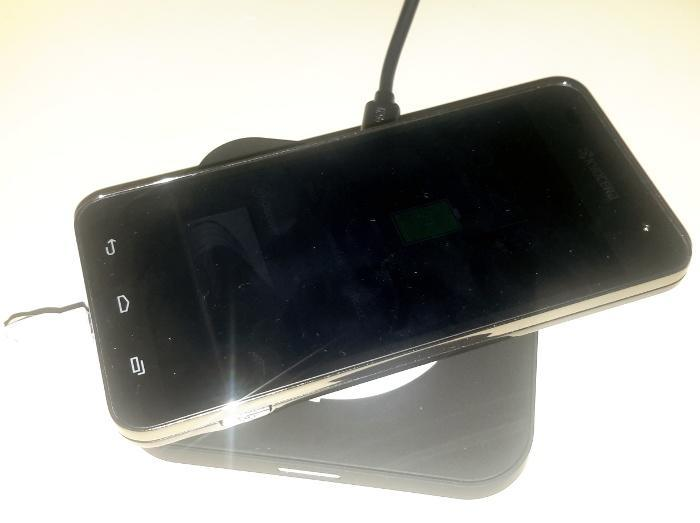 choetech-qi-charging-pad-in-use