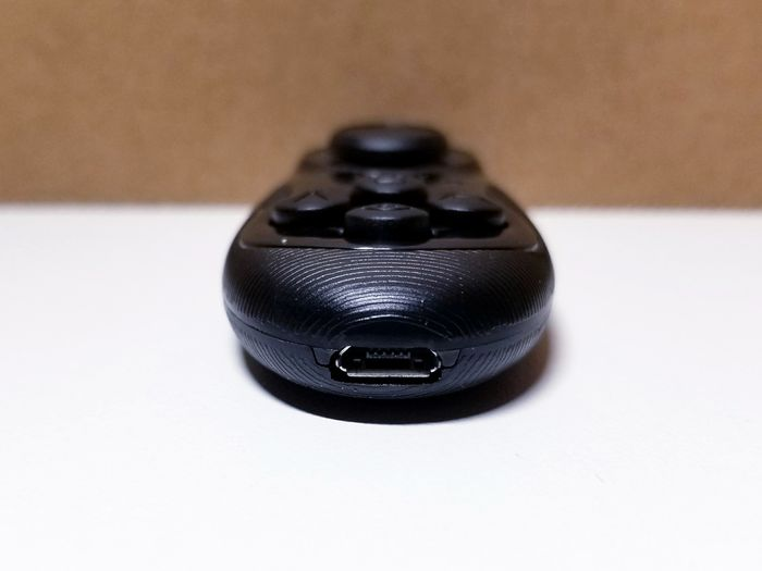moggles-controller-charging-port