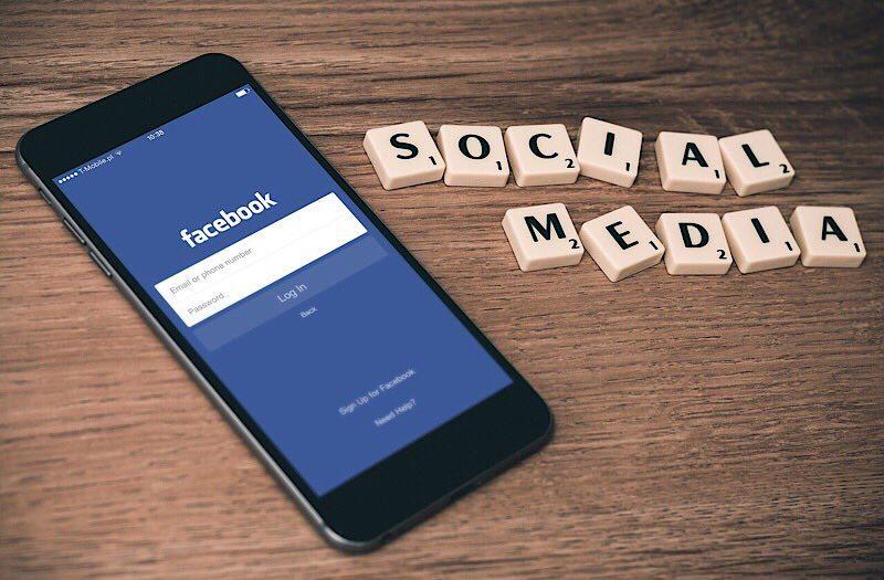 news-impostor-social-media-phone