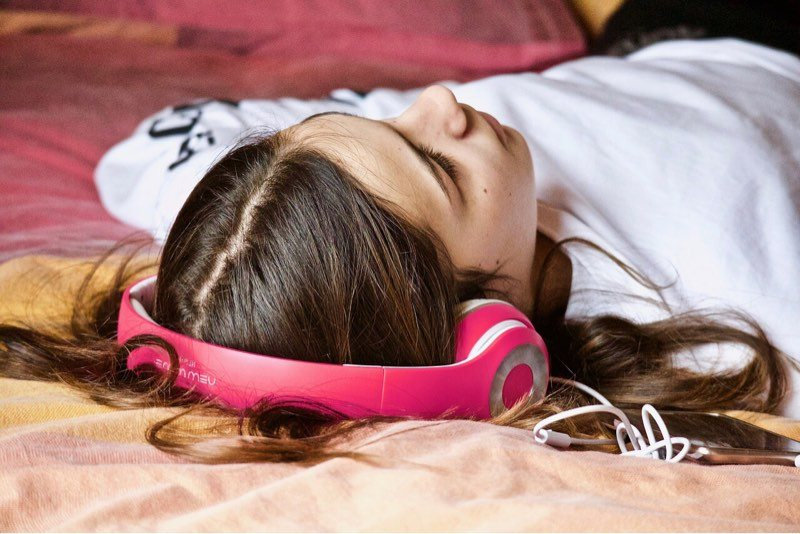 writers-opinion-smartphones-sleeping-headphones