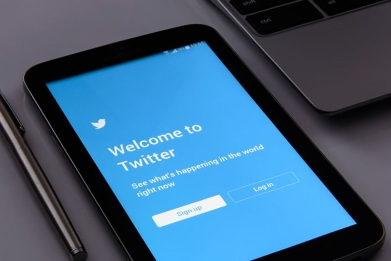 cellular-phone-social-twitter-screen-phone
