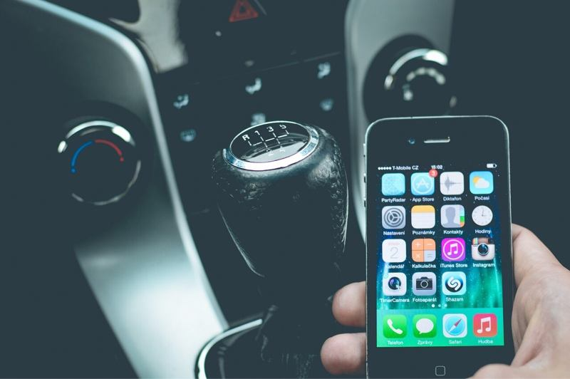 writers-opinion-phone-driving-gear-shift