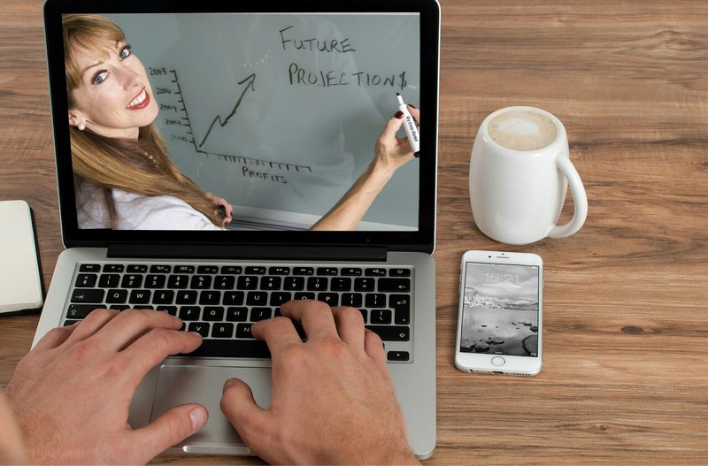 news-amazon-machine-learning-courses-laptop