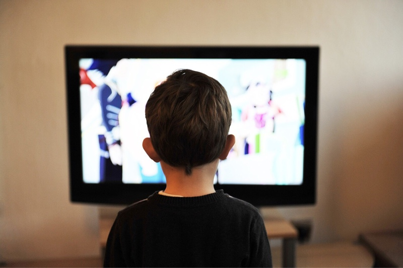 news-tv-streaming-child