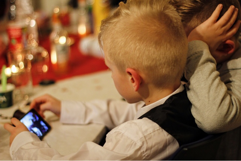 news-google-inappropriate-kids-apps-boy