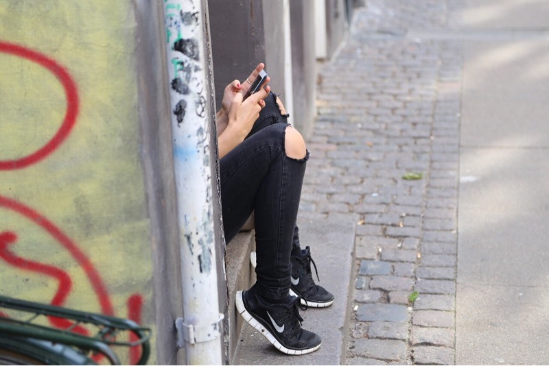 news-facebook-teenagers-sitting