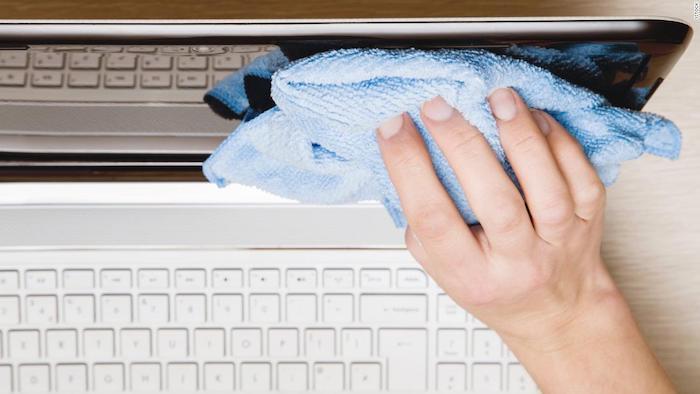 كيفية تنظيف شاشة الكمبيوتر المحمول