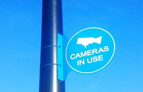 يشير إلى أن نظام الأمان الذكي الخاص بك قد تم اختراق الكاميرا قيد الاستخدام