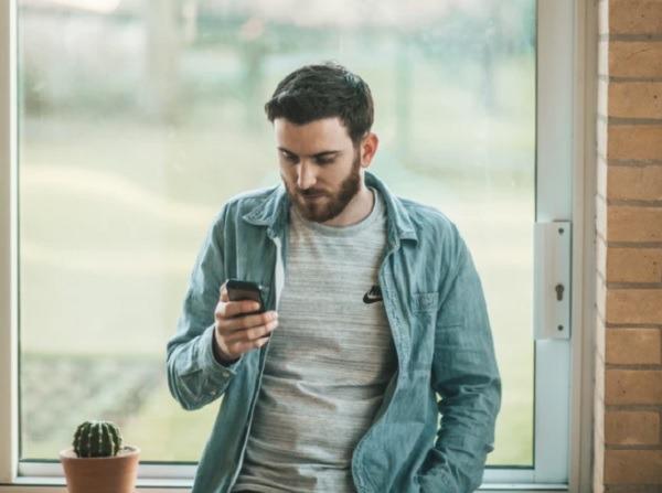 كيف تحمي عينيك عند استخدام الهاتف الذكي